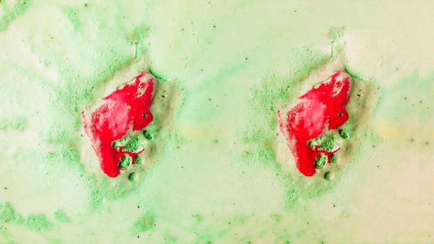 Rote badebombe in grünem schaumbadwasser auflösen Kostenlose Fotos