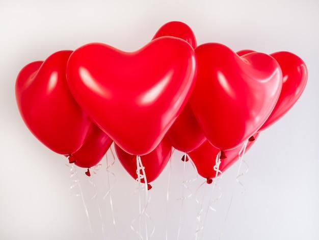 Rote ballons in form eines herzens Premium Fotos