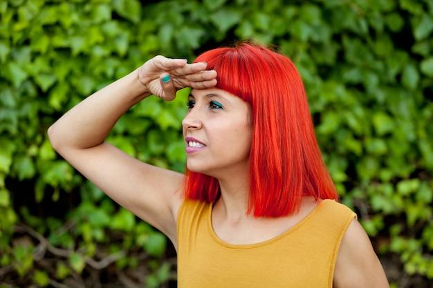 Rote behaarte frau, die betrachtet | Premium-Foto