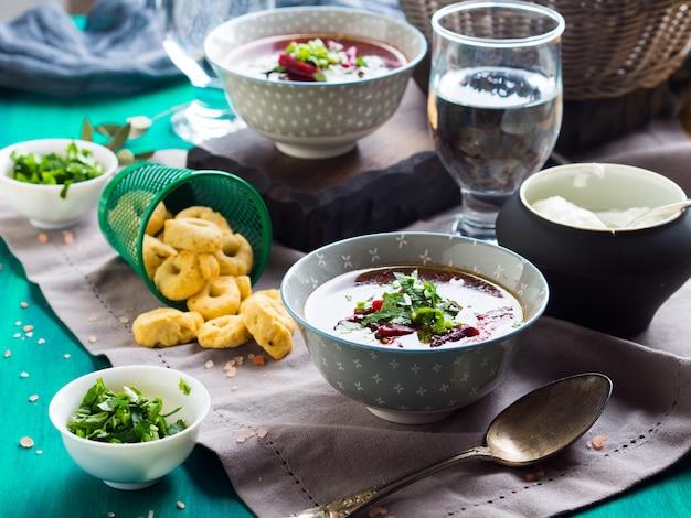 Rote-bete-suppe in schalen auf serviette serviert Premium Fotos