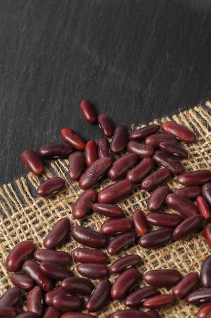Rote bohnen auf der schwarzen tabelle Premium Fotos