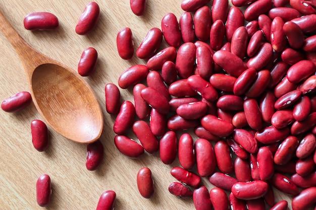 Rote bohnen samen sind lange verwendete getreide, rote bohnen, samen auf einem hellbraunen tuch Premium Fotos