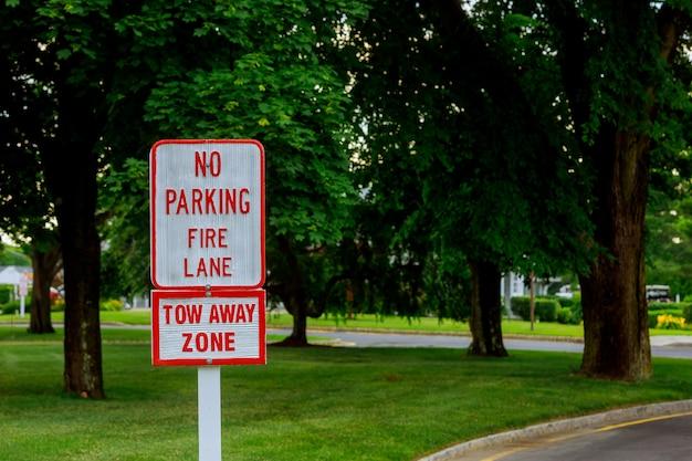 Rote buchstaben auf weißem zeichen kein parken unterzeichnen herein feuerweg Premium Fotos