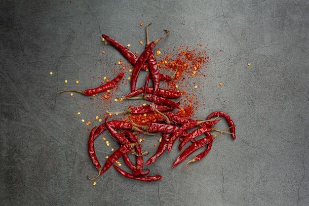 Rote chilipaste auf schwarz. Kostenlose Fotos