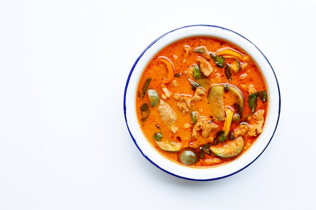 Rote curry runde aubergine mit schweinefleisch, weißer hintergrund. Premium Fotos