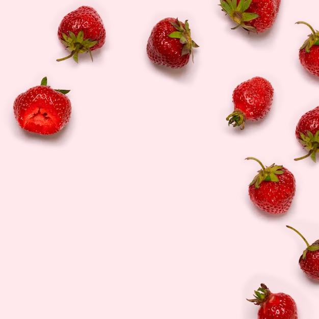Rote erdbeeren auf licht Premium Fotos
