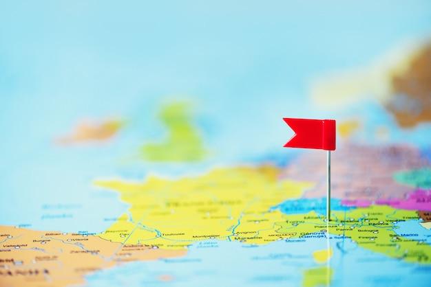 Rote fahne, reißzwecke, reißzwecke festgesteckt auf karte von europa. kopieren sie platz, reisekonzept Premium Fotos