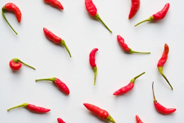 Rote farbe der nahtlosen paprikas auf weißem hintergrund Premium Fotos