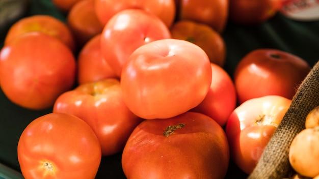 Rote frische tomate der nahaufnahme am lebensmittelmarkt Kostenlose Fotos