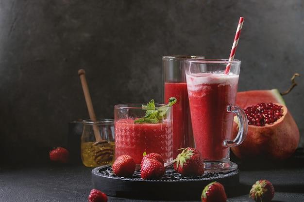 Rote fruchtcocktails oder smoothies Premium Fotos