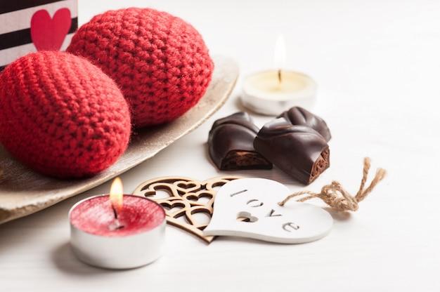 Rote funkelnde brennende kerze und dunkle schokolade Premium Fotos