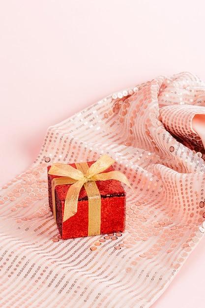 Rote geschenkbox mit goldenem band Kostenlose Fotos