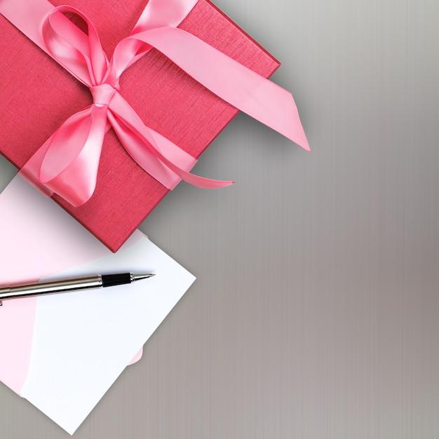 Rote geschenkbox mit grußkarte Premium Fotos