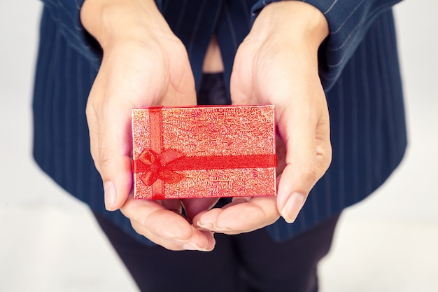 Rote geschenkbox von der geschäftsfrau Premium Fotos
