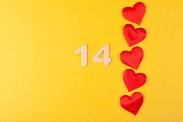 rote herzen in der linie goldene zahlen 14 auf gelbem