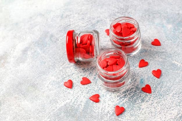 Rote herzförmige streusel zum valentinstag. Kostenlose Fotos