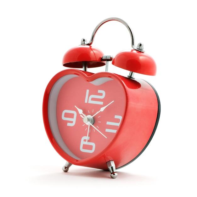 Rote herzuhr mit glocke auf weißem hintergrund Premium Fotos