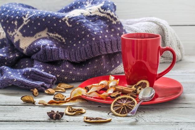 Rote kaffeetasse auf einem teller, holztisch, getränk, weihnachtsmorgen Premium Fotos