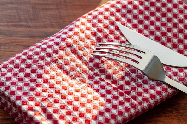 Rote karierte serviette oder tischdecke auf holztisch, kopienraum Premium Fotos