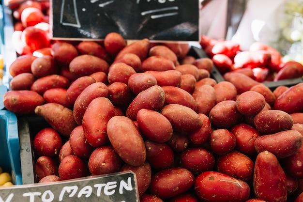 Rote kartoffeln für verkauf am marktstall Kostenlose Fotos