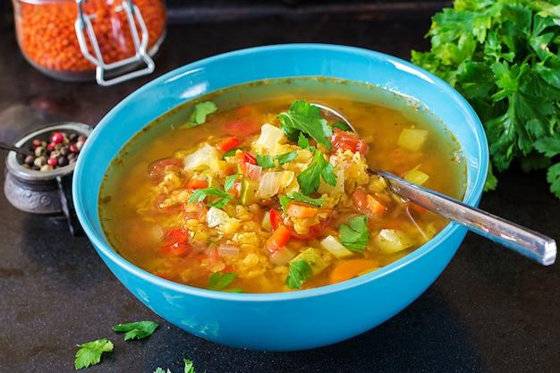 Rote linsensuppe auf dunkler oberfläche. gesundes essenkonzept. veganes essen. Kostenlose Fotos