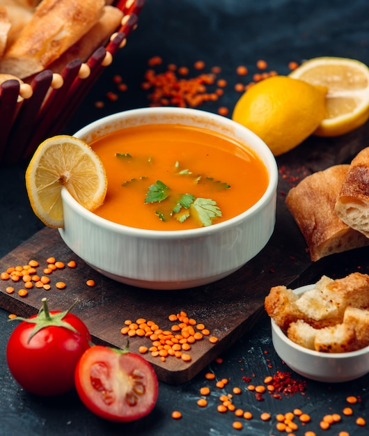 Rote linsensuppe mit einer zitronenscheibe und semmelbröseln Kostenlose Fotos