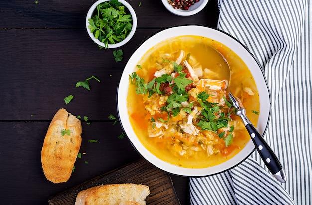 Rote linsensuppe mit hühnerfleisch und gemüsenahaufnahme auf dem tisch. gesundes essen. ansicht von oben Premium Fotos