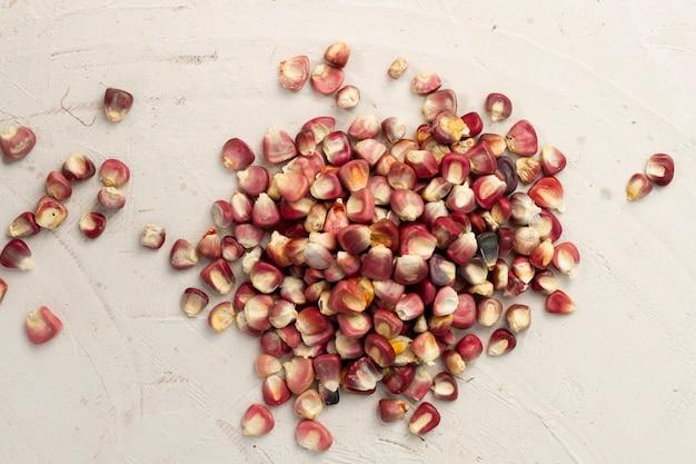 Rote maiskörner der nahaufnahme auf tabelle Kostenlose Fotos