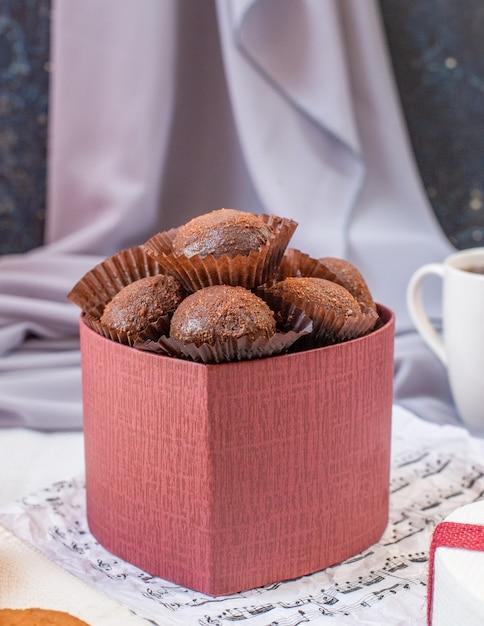 Rote pappschachtel schokoladenbälle. Kostenlose Fotos