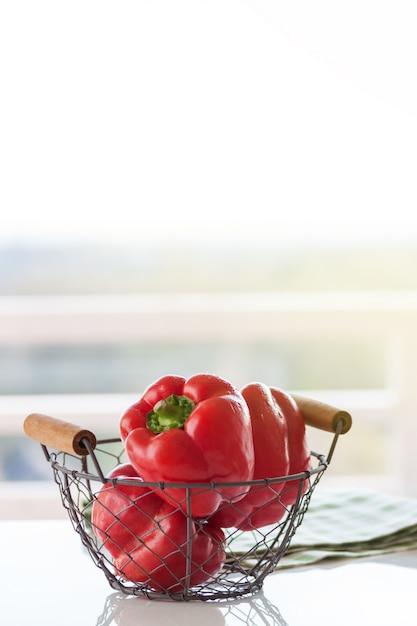 Rote paprika in einem metallkorb Kostenlose Fotos