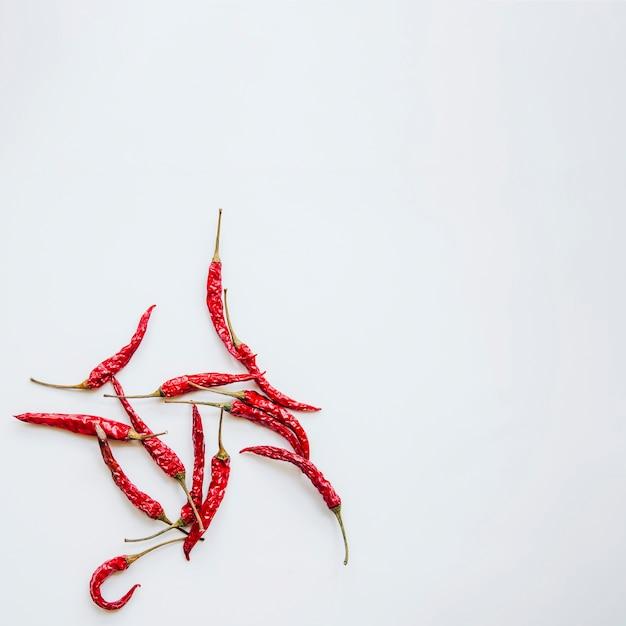 Rote paprikas gegen getrennten hintergrund Kostenlose Fotos