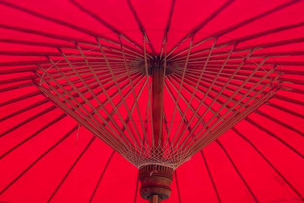 Rote regenschirmbambusstruktur Premium Fotos