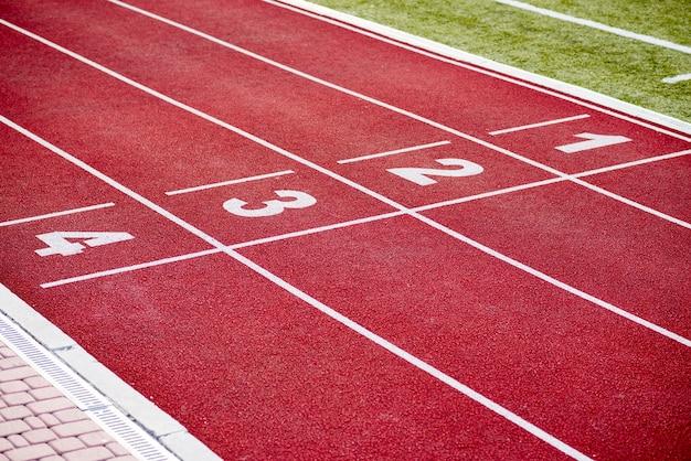 Rote rennstrecke der leichtathletikbahnspurnummern Kostenlose Fotos