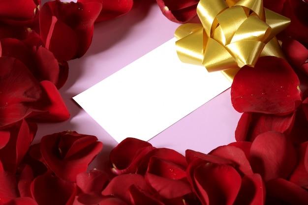 Rote rosafarbene blumenblätter in der herzform, leere anmerkung des kopienraumes Premium Fotos