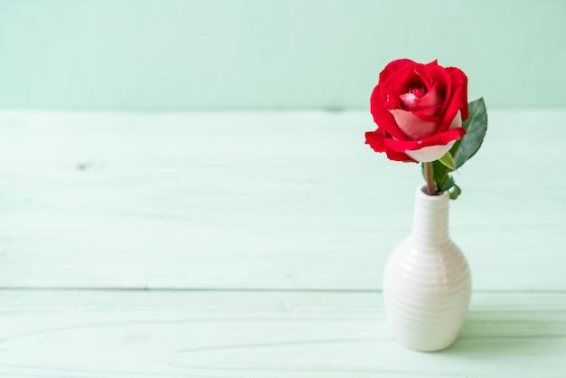 Rote rose auf holz Premium Fotos