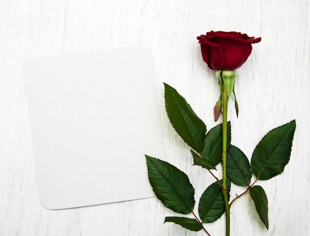 Rote rose und grußkarte Premium Fotos