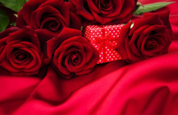 Rote rosen und geschenkbox Premium Fotos