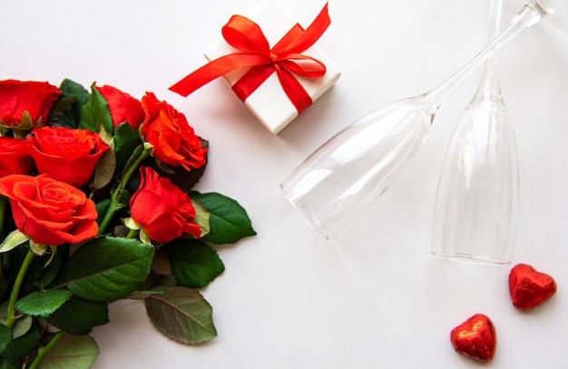 Rote rosen und gläser Premium Fotos