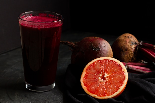 Rote rüben und grapefruitsaft im glas Kostenlose Fotos