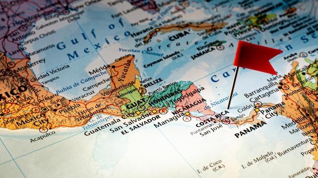 Rote stiftfahne, die selektiv auf costa rica karte platziert wird. - wirtschafts- und geschäftskonzept. Premium Fotos