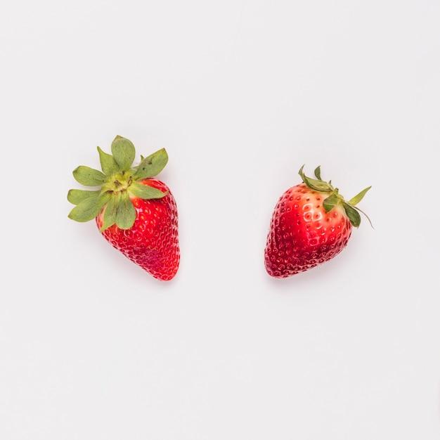 Rote süße erdbeere auf weißem hintergrund Premium Fotos