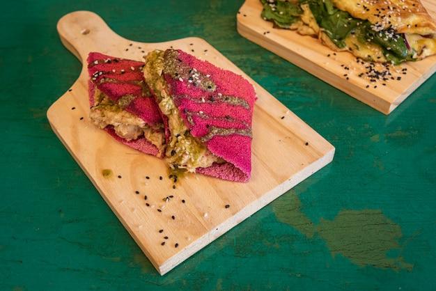Rote tapioka mit hühnerfüllung - auf holztisch Kostenlose Fotos