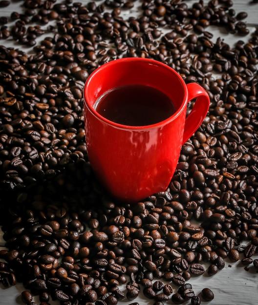 Rote tasse mit kaffeebohnen Kostenlose Fotos