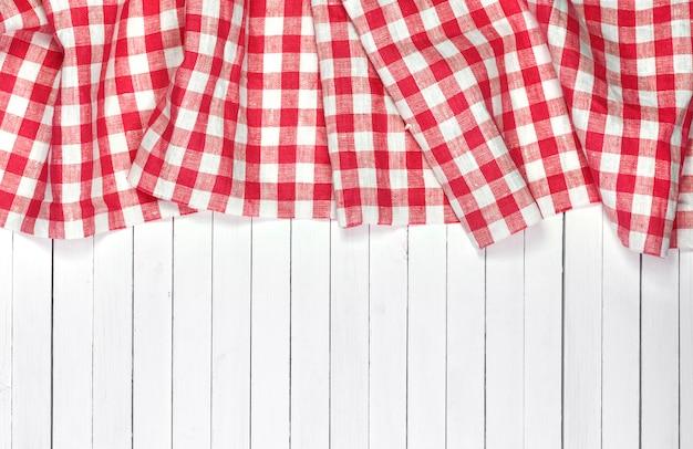 Rote tischdecke auf weißem holztisch, draufsicht Premium Fotos