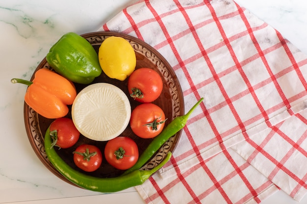 Rote tomaten, dreifarbige paprika und weißer käse Kostenlose Fotos