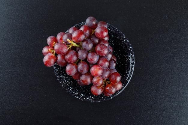 Rote trauben in einer schüssel auf dunkelgrau, Kostenlose Fotos