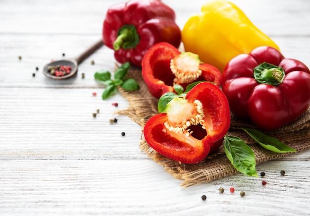 Rote und gelbe paprika Premium Fotos