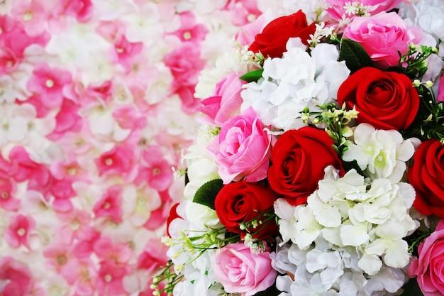 Rote und rosa rosenboutiqueblume verzieren in der hochzeit und verwischen orchidee Premium Fotos