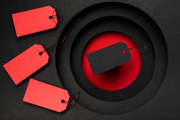 Rote und schwarze preisschilder auf dunklem hintergrund Premium Fotos
