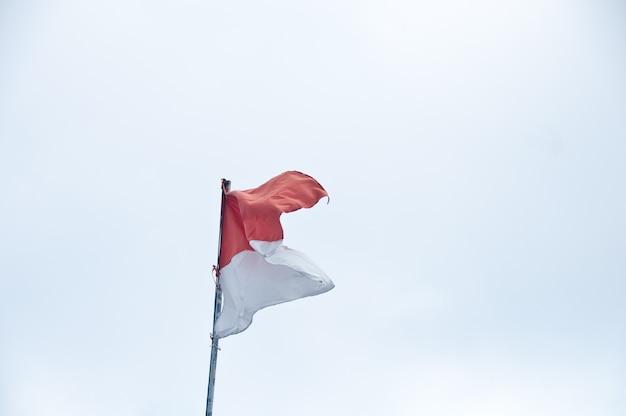 Rote und weiße indonesische flagge auf weißem backgroud Premium Fotos